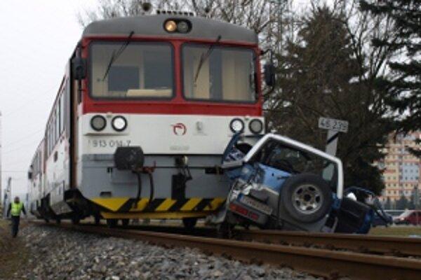 Vlak tlačil auto pred sebou desiatky metrov.