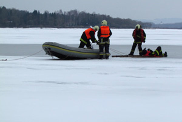 Raneného z vody vytiahli hasiči pomocou rebríka.
