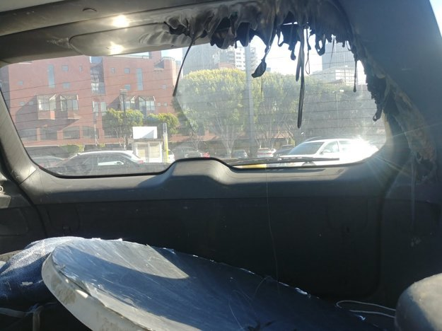 Parabolické zrkadlo roztavilo plasty nad zadnými dverami.