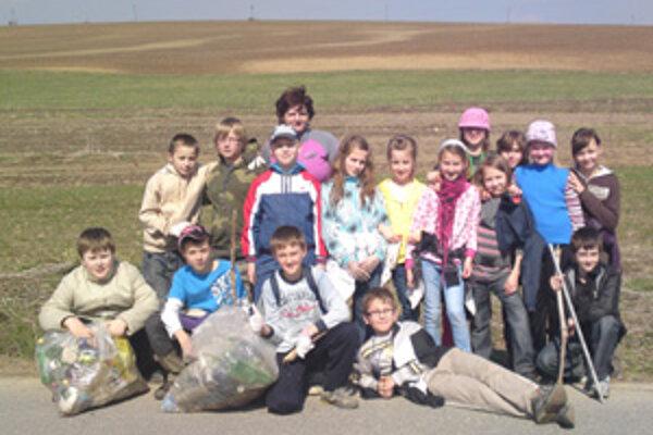 Deti sa s chuťou pustili do čistenia dediny.