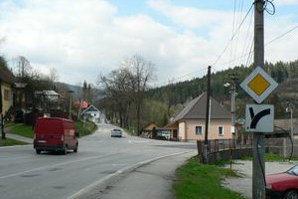 Križovatka v Oravskom Podzámku. Vedľajšia cesta smerom na Námestovo je po otvorení obchvatu vyťaženejšia ako hlavná. Vodiči navrhujú urobiť z vedľajšej cesty hlavnú.