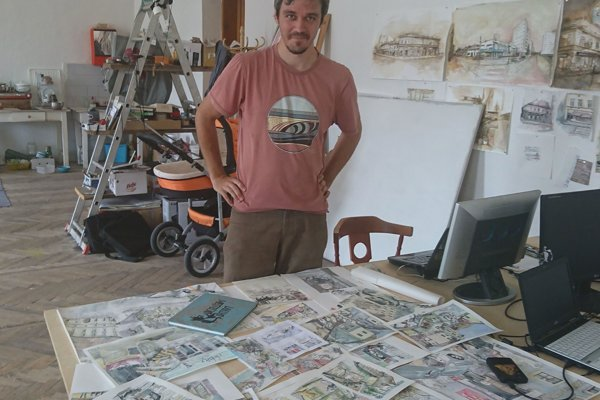 Marcel Mészáros nad svojimi ilustráciami.