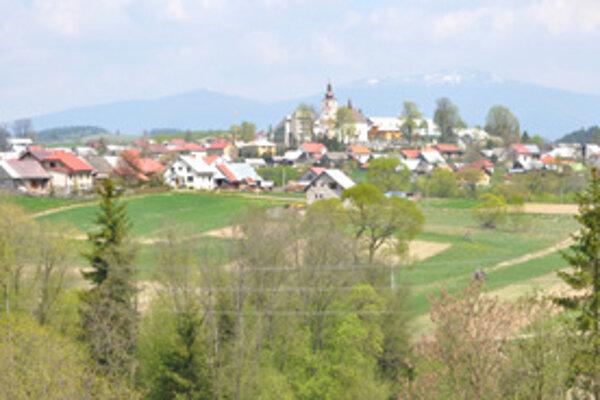Oravské Veselé dotiahlo do dediny vodu z Randovej, tečie i do Mútneho.