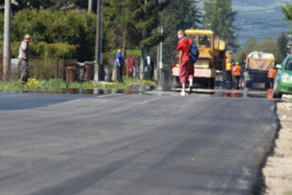 Po všetkých úpravách cestári naťahujú nový asfaltový koberec.
