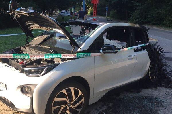 Polícia vyšetruje okolnosti požiaru elektromobilu.