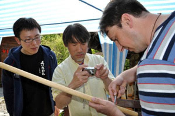 Japonskí návštevníci po príchode domov naučia hrať deti.