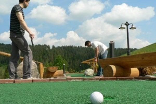 Adventure golf je niečo medzi minigolfom a klasickým golfom.