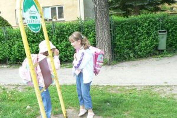 Aby sa zázrivské deti dostali z autobusu do školy, musia prejsť cez cestu. Samospráva chce zvýšiť bezpečnosť školákov, pred školou plánuje vybudovať výstupište.