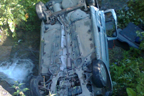 Auto skončilo v potoku prevrátené na strechu.