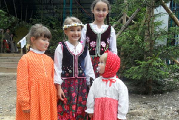 Najmladší nositelia tradícií pred vystúpením.