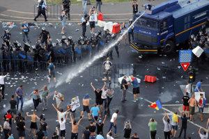 Na proteste v Bukurešti polícia použila vodné delo.