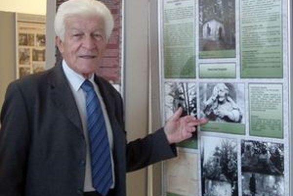 Ambróz Gabčo ukazuje jednu zo svojich fotografií z Kalvárie