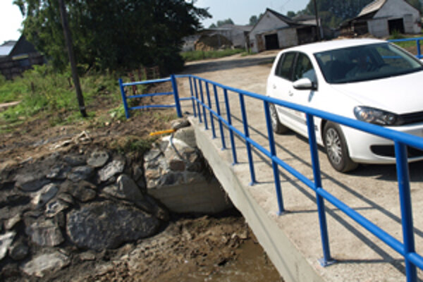 Most poškodila júlová povodeň, mesto ho muselo aspoň sčasti opraviť.