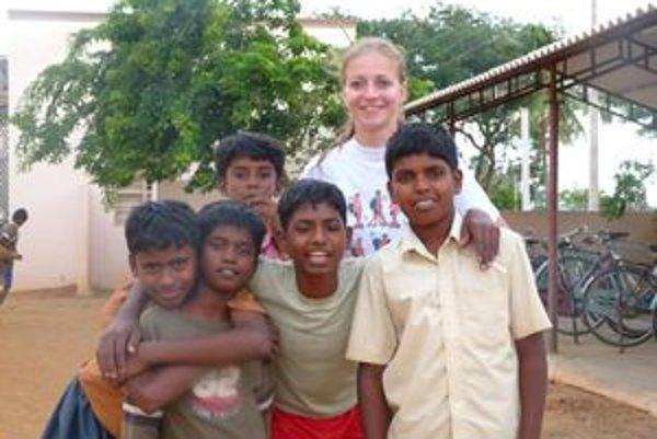 Chlebničanka Mária Polčicová s indickými žiakmi.