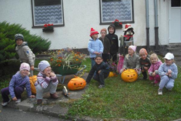 S pomocou rodičov a učiteliek deti vyzdobili škôlku postavičkami z prírodného materiálu.