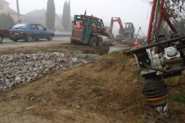 Robotníci robia dažďovú kanalizáciu.