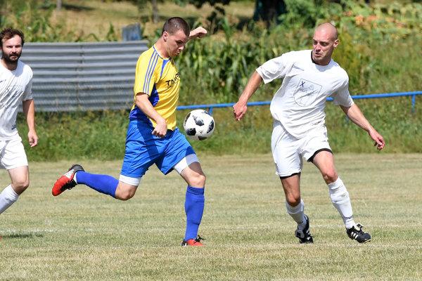 Futbal sa hráva všade, aj na dedinách.