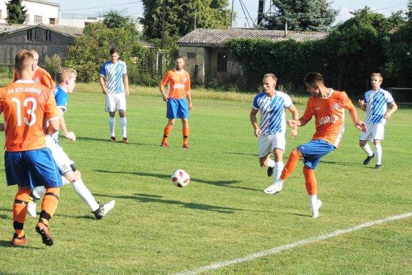 Kolárovo (v oranžovom) porazilo Kozárovce 2:0.