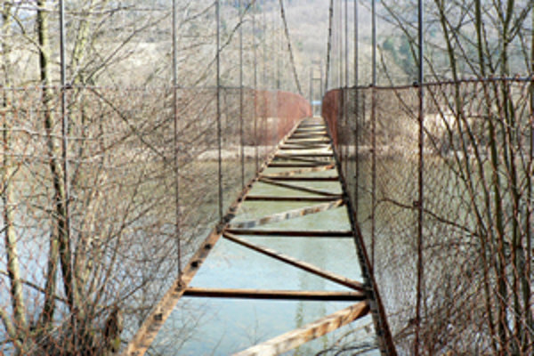 Most v Dierovej. Takmer rok je zatvorený. Ak sa jeho majiteľ s chatármi dohodne na oprave, znova lávku sprístupní.