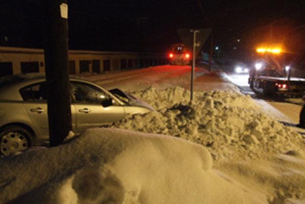 Po tvrdom náraze skončila Mazda v snehu.
