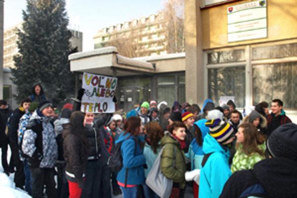 Žiaci dnes ráno protestovali proti slabému kúreniu v škole.