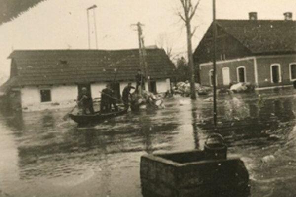 V dolnej časti Veľkého Bysterca používali na evakuáciu člny. Vpravo budova ľudovej školy, vľavo rodinný dom Daudovcov.