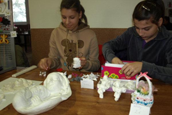 Sestry Dzuríkové ukázali dekorácie z papiera a sadry.