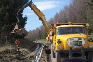 Uplynulý týždeň čistili cestári okolie cesty smerom do Hladovky.