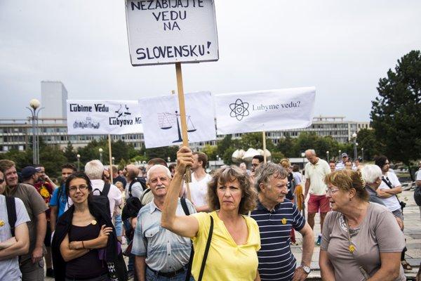 Účastníci protestu iniciatívy Veda chce žiť na Námestí slobody v Bratislave.