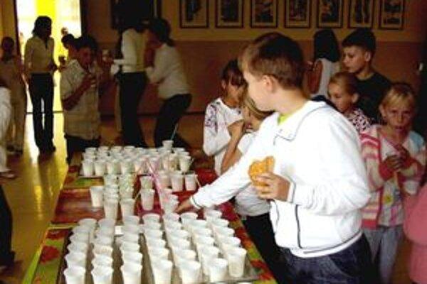 Deti sa učili, že mlieko je veľmi zdravé, a preto sa tešili z mliečneho dňa v škole.