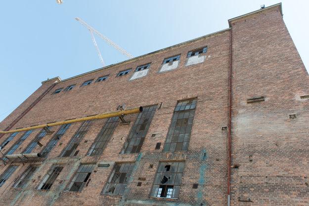 Z plášťa budovy počas rekonštrukcie zmiznú postupne pridávané vedenia a rúry.