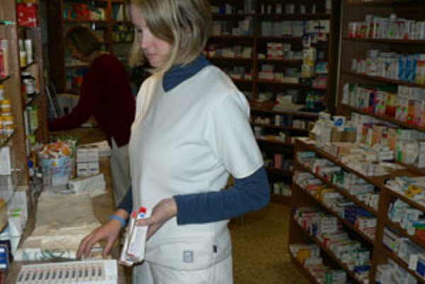 Ľudia kupujú rúška, aj lieky proti chrípke. Podľa lekárnikov však zatiaľ nie je ich záujem masový.