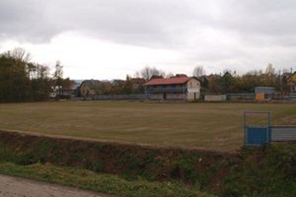 Na futbalovom ihrisku vBobrove začala tráva rásť na jeseň. Bobrovčania ju tak zasiali zámerne, aby na ihrisku mohli čím skôr začať hrať futbal.