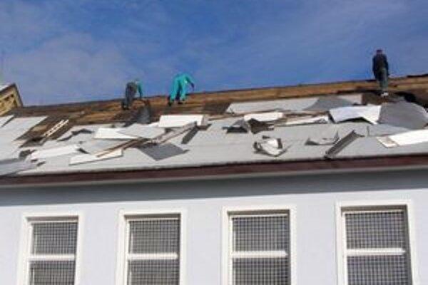 Jedna časť strechy školy je už vymenená. Všetko ostatné robotníci dokončia na budúci rok.