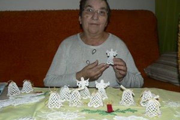 Háčkované ozdoby, ktoré Anna Dulovcová vyrába, pristanú každému vianočnému stromčeku.