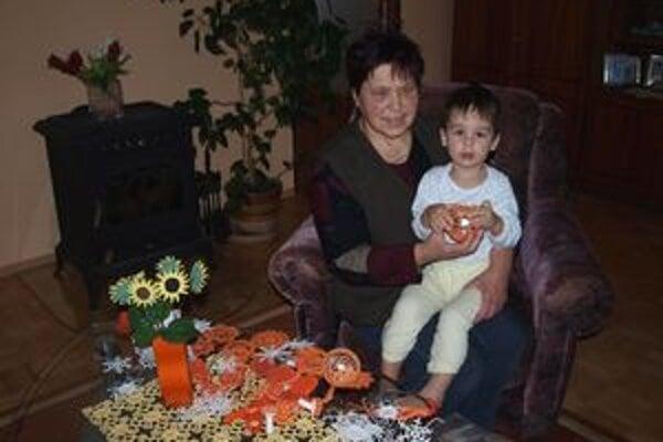 Stôl v obývačke Brňákovcov zdobí ručne háčkovaný obrus. Slnečnice vo váze nezvädnú - sú tiež výtvorom zručnej Lesňanky.
