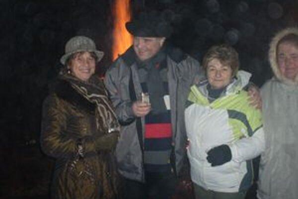 Silvestrujúci Medzibrodčania si čakanie na polnoc krátili pri vatre, muzike a víne.