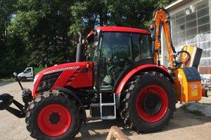 Nový traktor s prídavným ramenom na kosenie.