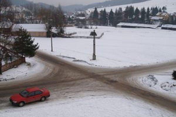 Pred obecným úradom a kultúrnym domom je klasická križovatka, kde vodiči často jazdia bez rešpektovania predpisov. Nehode neraz zabránia len vzájomné svetelné signály.
