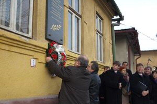 Primátor Jozef Ďubjak s predsedom MO MS v Trstenej Ľubomírom Luckým položili veniec k pamätnej tabuli Štefana Furdeka.