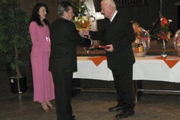 Ján Miháľ (vpravo) si včera prevzal ocenenie mesta na spoločenskom večere seniorov.