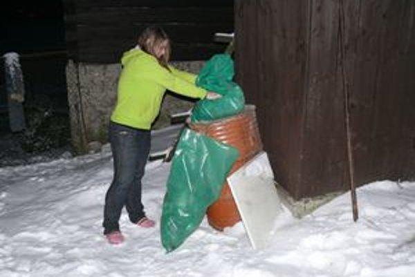 Malatinčania si v zime musia s odpadkami poradiť sami. Smetiari sa totiž pre sneh do dediny nedostanú.