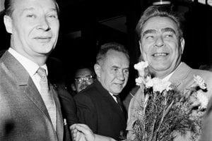 Na rokovanie komunistických a robotníckych strán pricestovala 2.augusta 1968 na bratislavskú hlavnú železničnú stanicu sovietska stranícka delegácia vedená generálnym tajomníkom Ústredného výboru Komunistickej strany Sovietskeho zväzu Leonidom Brežnevom (vpravo). Na snímke vľavo ho víta Alexander Dubček.