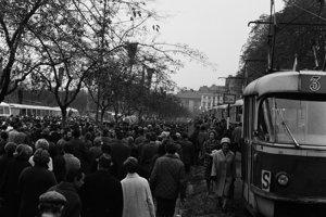 Obyvatelia vítajú predstaviteľov na trase z hlavnej stanice k budove Predsedníctva SNR.