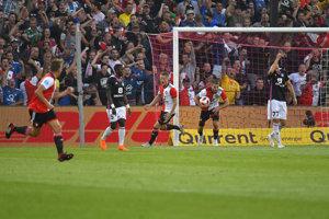 Hráči Feyenoordu strieľajú úvodný gól zápasu.