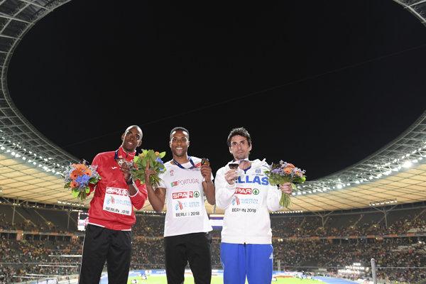 Plný Olympijský štadión v Berlíne aplaudoval aj trojskokakom. Zľava so striebornou medailou Alexis Capello z Azerbajdžanu, v strede majster Európy Nelson Evora z Portugalska a vpravo s bronzom Grék Dimitrios Tsiamis.