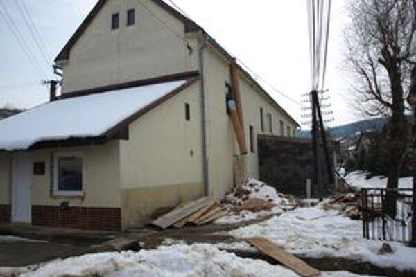 S rekonštrukciou budovy obecného úradu začali Zábiedovčania začiatkom tohto roka.