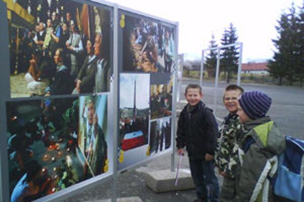 Polhorskí školáci si prezerajú fotky, ktoré po nočnom vyčíňaní silného vetra zostali celé.