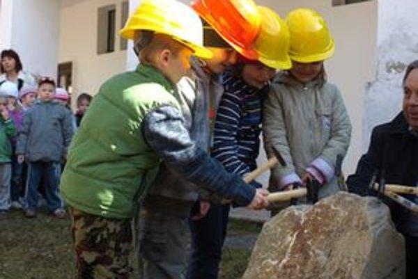 Spolu s primátorom poklepali základný kameň aj deti, ktorým bude zrenovovaná materská škola slúžiť.