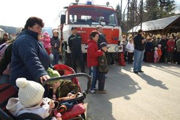 Novú hasičskú cisternu prišla vo Vitanovej privítať takmer celá dedina.